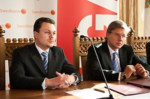 """Rīgas dome un """"Swedbank"""" paraksta līgumu par grantu programmu """"Atspēriens"""""""