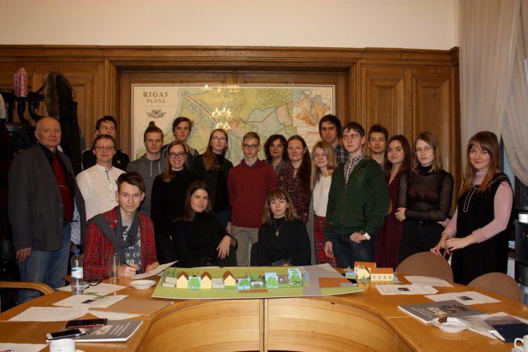 """Sadarbībā ar UNESCO Latvijas Nacionālo komisiju noritēja cikla """"Jauno mantotāju skola"""" nodarbība skolēniem – """"Pilsētplānotāja spēles laukums"""""""