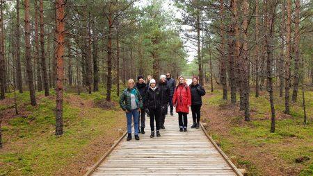 """Projekta LIFE CoHaBit ietvaros dabas parkā """"Piejūra"""" viesojās Eiropas Komisijas atbalstītu projektu uzraugošās institūcijas"""