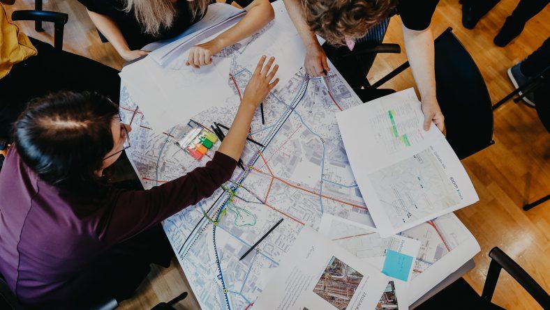 """Aicinām piedalīties publiskajā diskusijā """"Rail Baltica kā projekts Rīgas attīstībai"""" par posmu no Mazās Nometņu ielas līdz Zolitūdes ielai"""