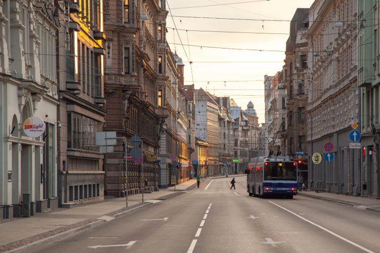 Izstrādās rīcības plānu zemo emisijas zonas ieviešanai Rīgā