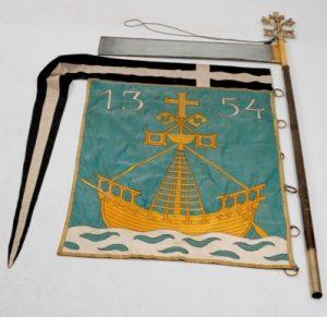 1922. gadā darinātais Rīgas Lielās ģildes karogs ar pirmā Rīgas kuģu karoga attēlu vimpeļa veidā.